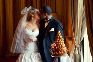 cutting the cake paris wedding